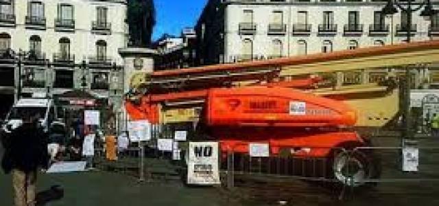 """El """"Sistema"""" -periódicos y teles- oculta el """"Antisistema"""" -huelga de hambre de indignados en Puerta del sol-, (a veces con una grúa). La miseria moral de los medios de infomación.."""